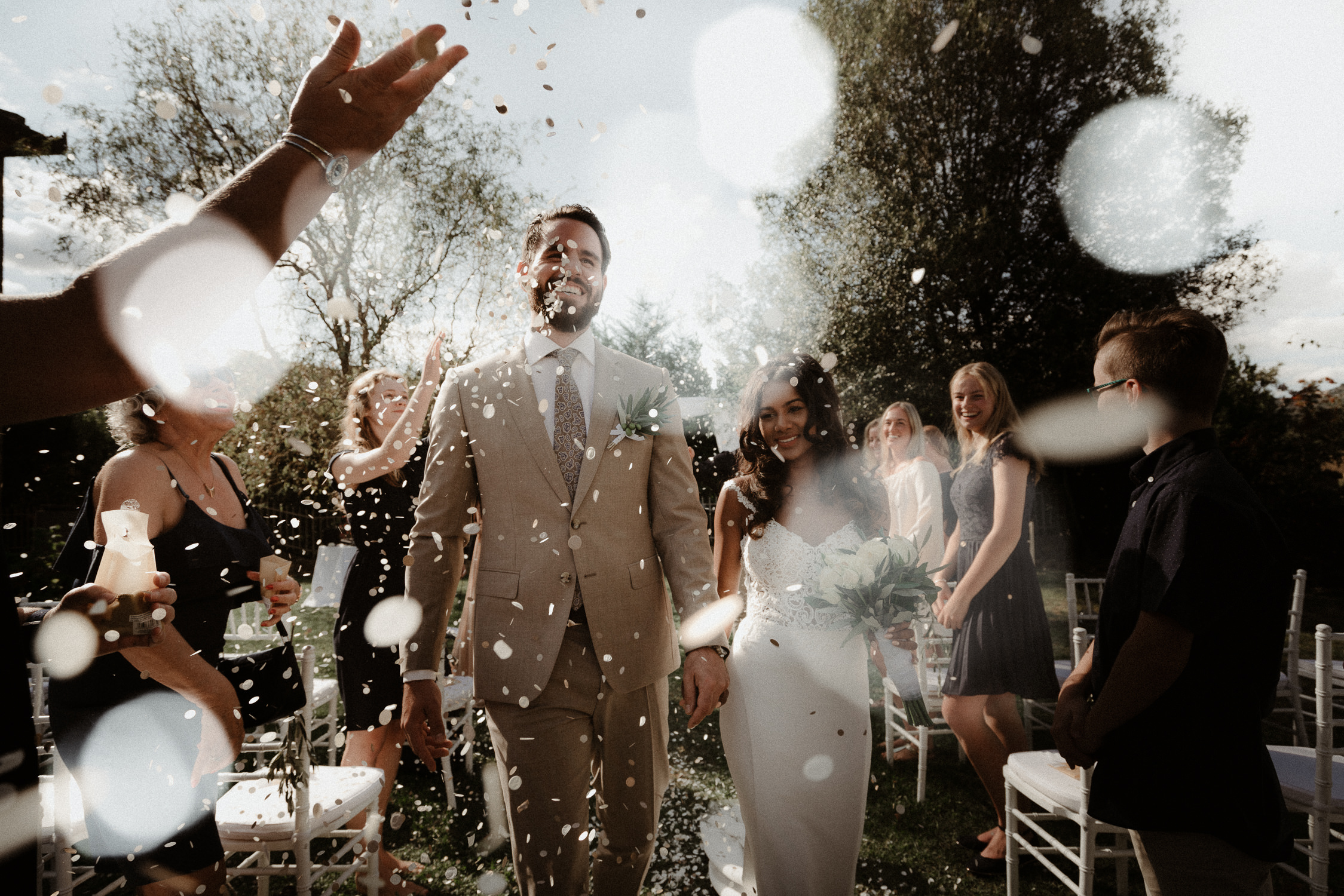 bruidspaar met confetti het beste bruidsfotograaf uit amsterdam en utrecht