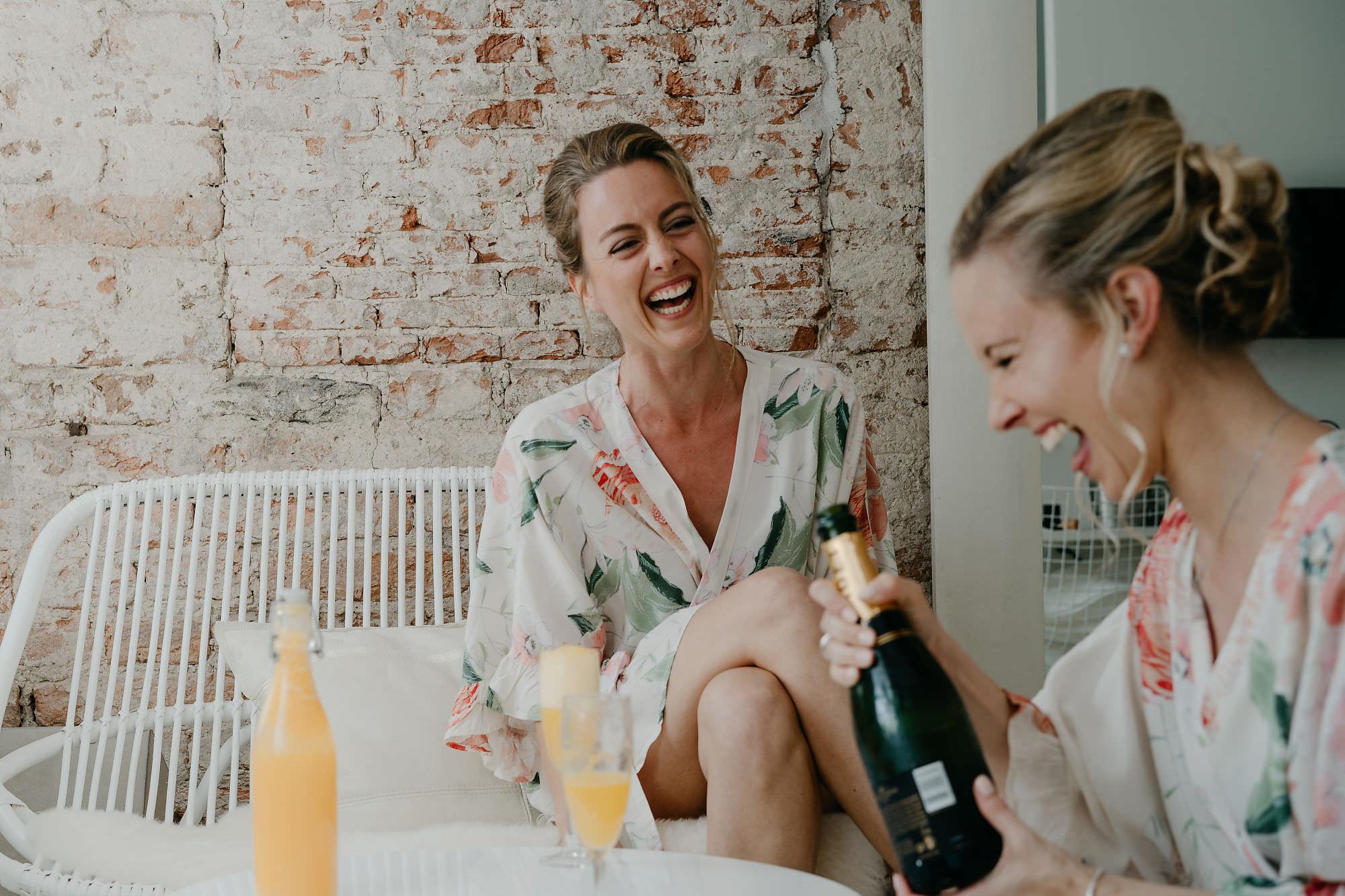 amsterdam trouwfotograaf mark hadden bridal prep in hotel