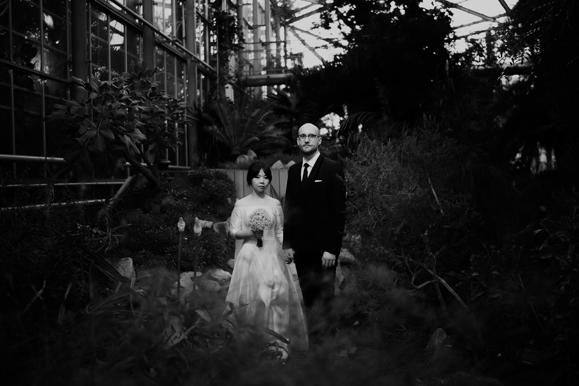couple photography on wedding day at hortus botanicus amsterdam