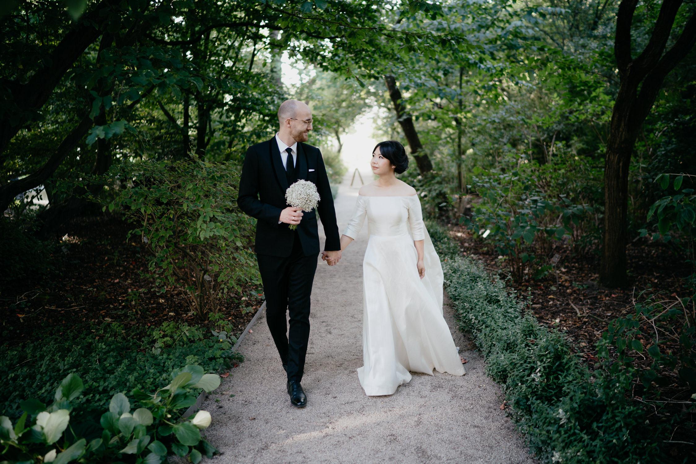 best amsterdam wedding photographer couple portrait at hortus botanicus