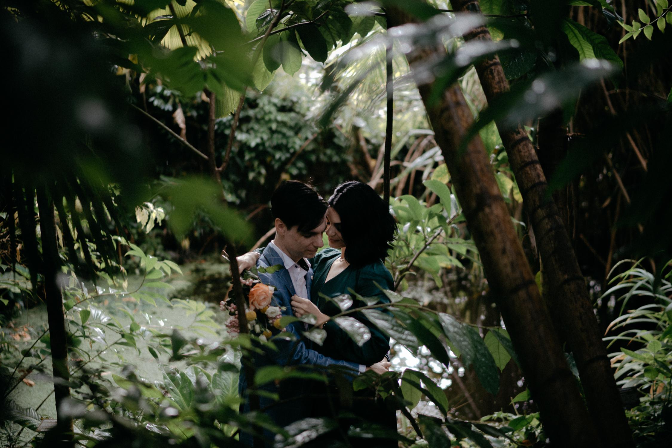 best amsterdam wedding photographer couple hortus botanicus