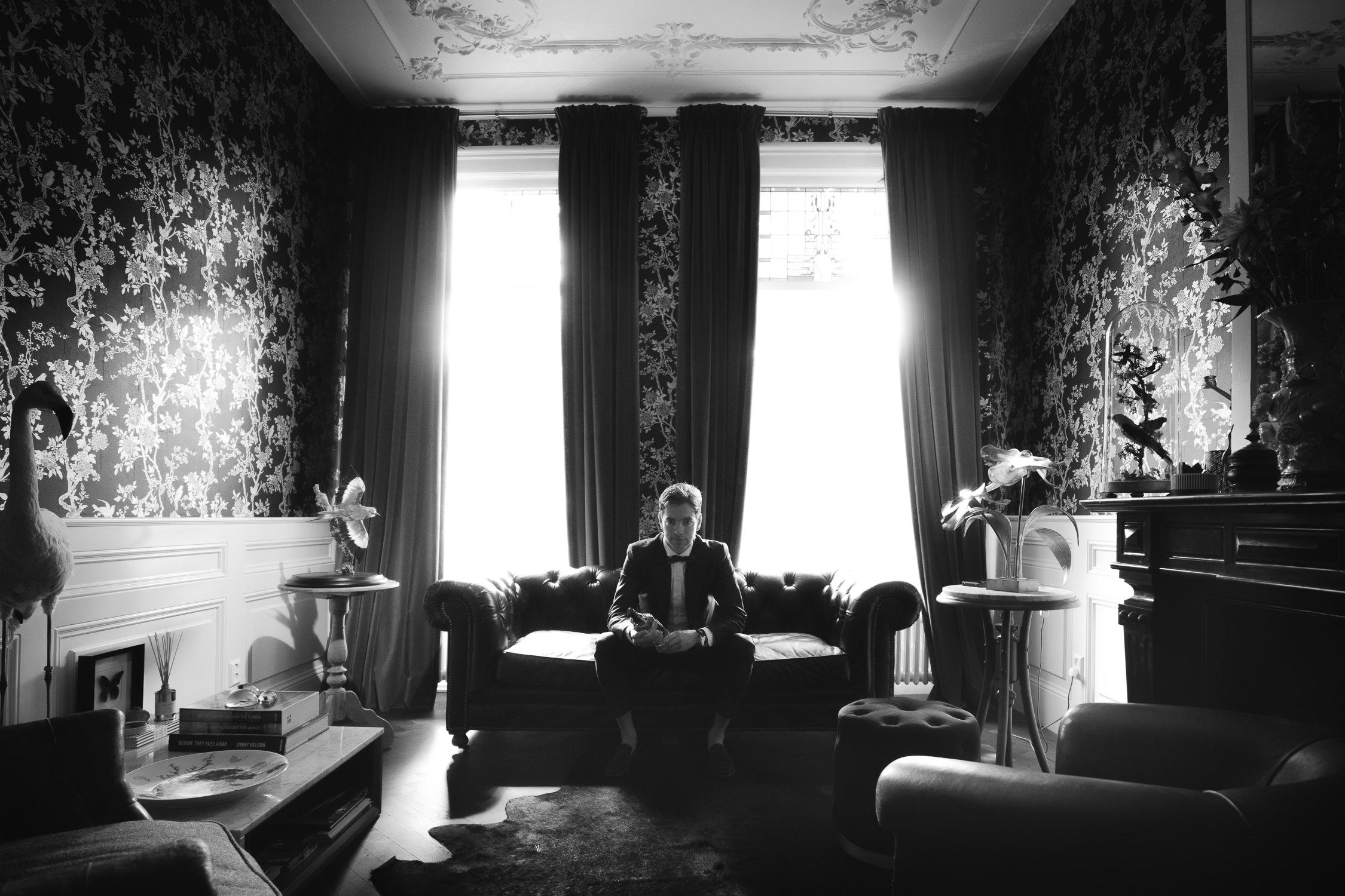 Groom preparing for his wedding villa nicola amsterdam