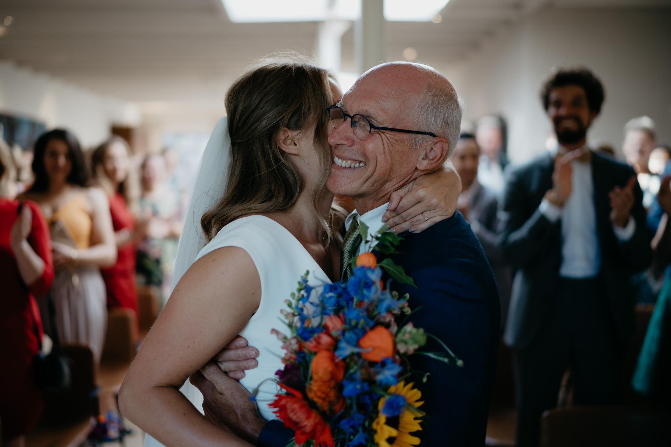 Eeen ontroerend moment gefotografeerd op een bruiloft in amsterdam
