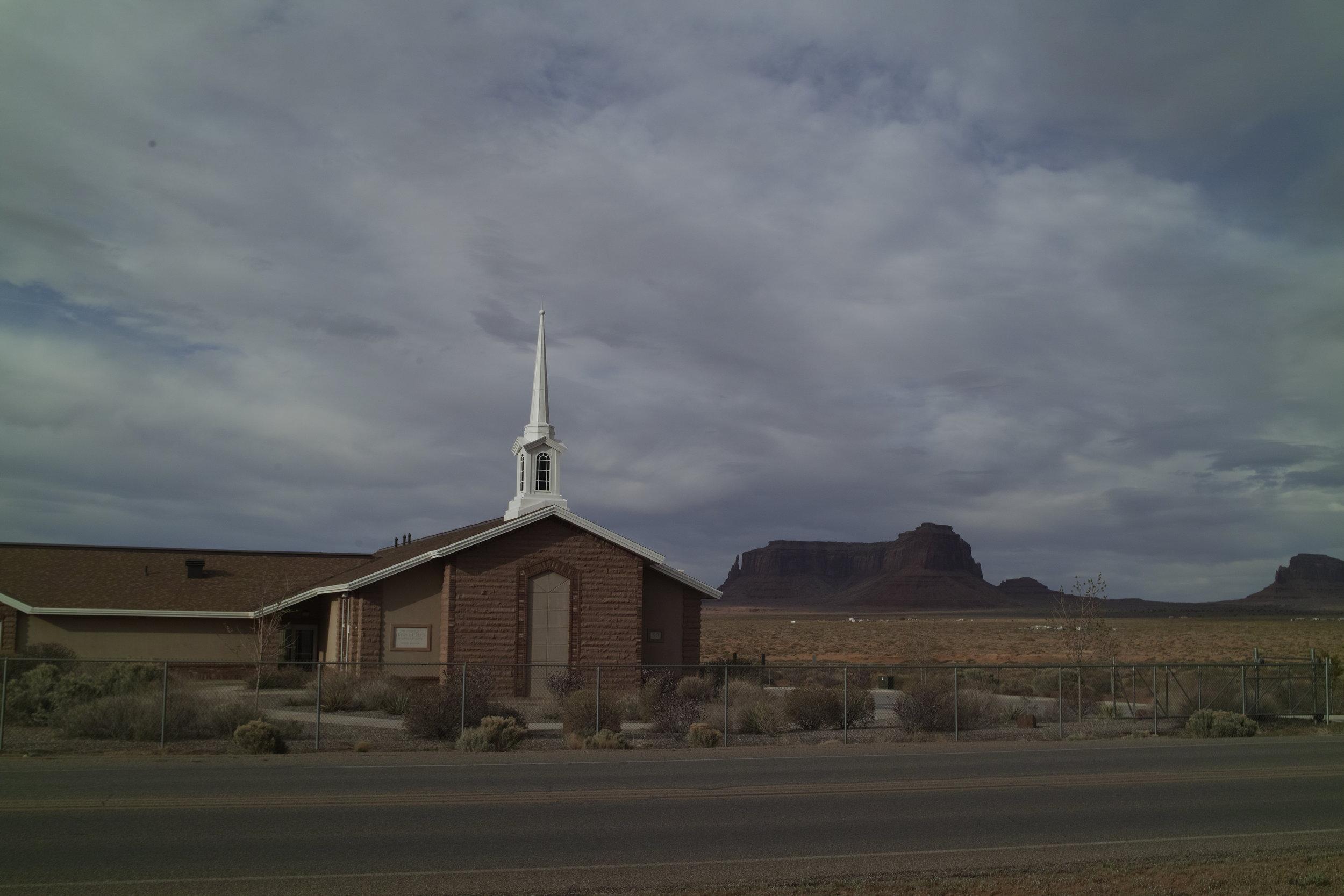 Les Mormons se sont installés dans le coin. C'est marrant des églises au milieu de nul part