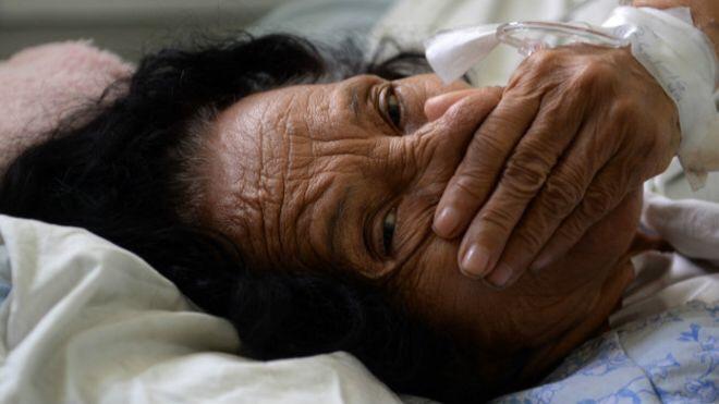 La mayoría de los afectados por el síndrome de Guillain-Barré, como esta mujer ingresada en el hospital Rosales de El Salvador, sobreviven y se recuperan por completo.