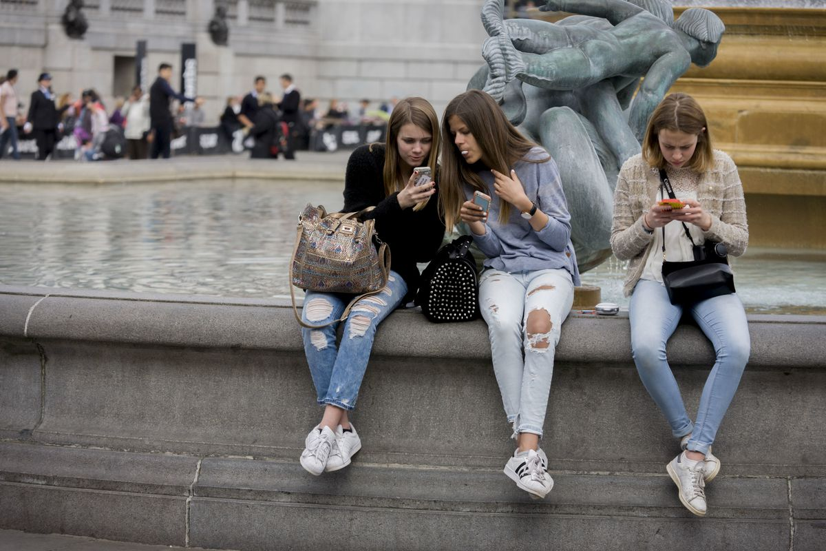 teens-watchin-smartphones.jpg