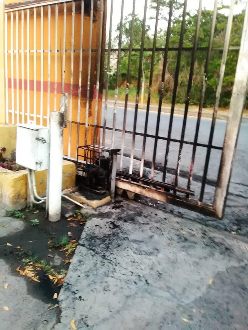 Así quedó el portón de entrada al conjunto residencial