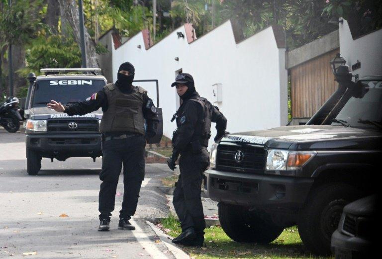 Miembros del SEBIN vigilan la entrada de la residencia del embajador español en Venezuela, el 14 de mayo de 2019 en Caracas© AFP STR