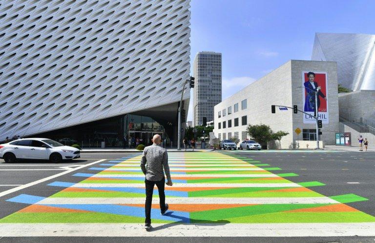 paso de peatones pintado por Carlos Cruz-Diez.jpg
