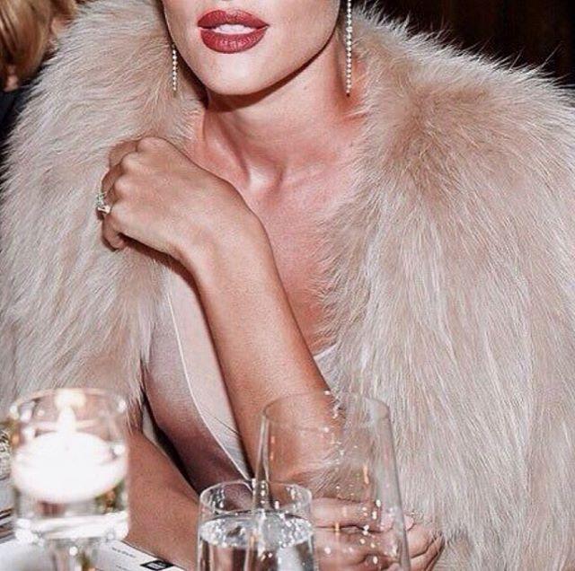 Diamonds, faux fur && champagne 🥂✨