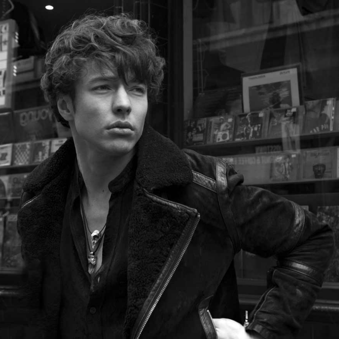 Barns courtney - -Bass, Synth, Vocals