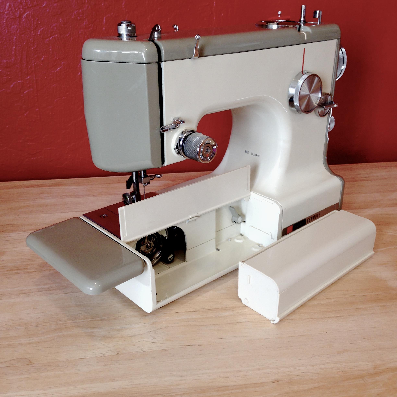 Detachable accessory tray