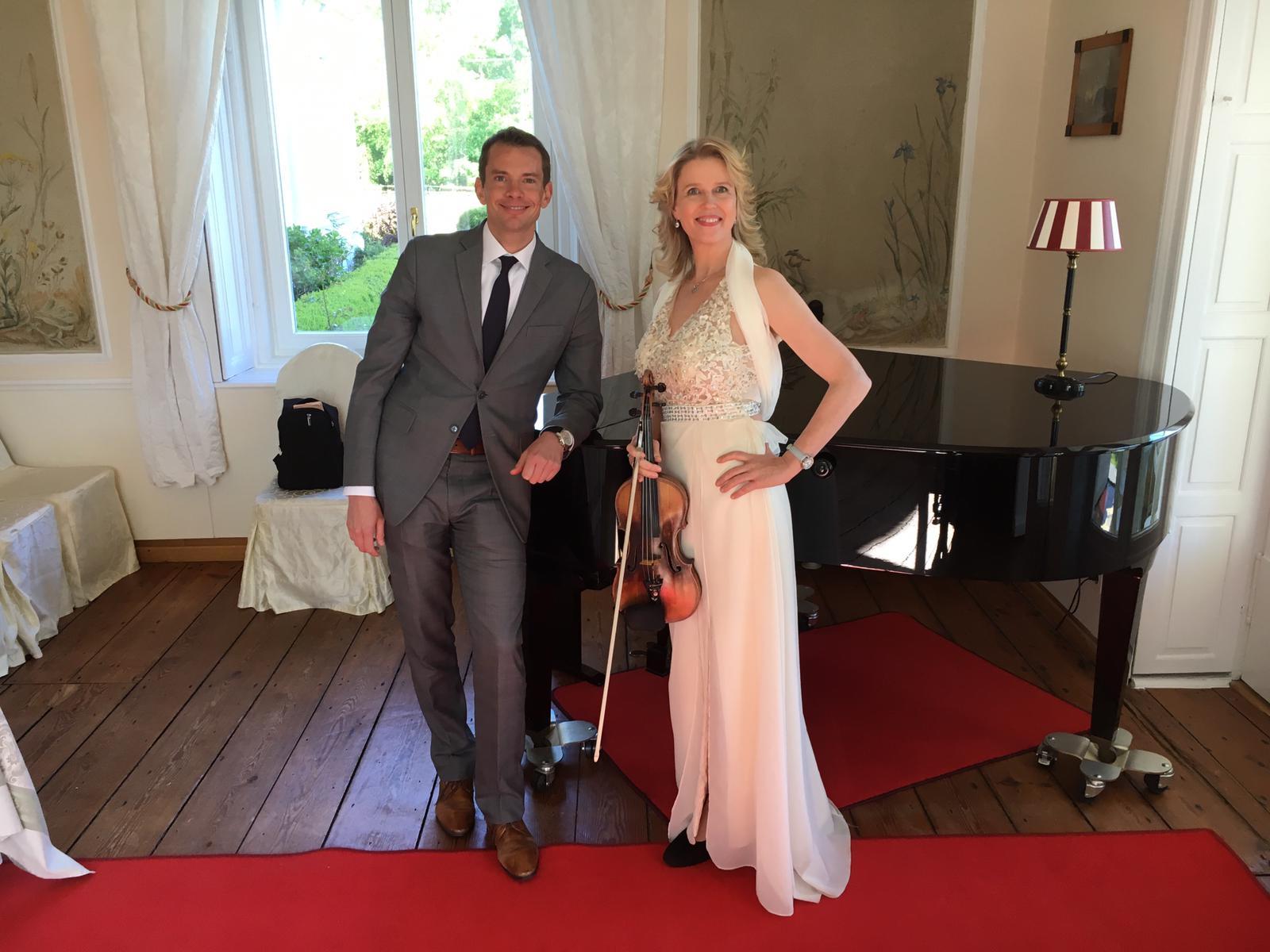 Simon im Duo - hier mit Violinistin Ilona Raasch