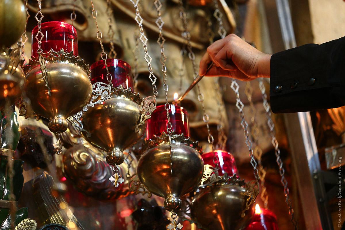 Jerusalem, Tierra Santa: Lamparas de aceite arden en el Santo Sepulcro.Foto: Gustavo Kralj/GaudiumpressImages.com