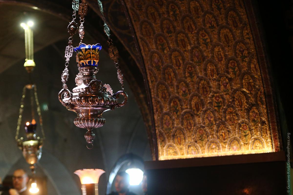 Jerusalem, Tierra Santa: Lamparas de aceite arden frente el Santo Sepulcro.Foto: Gustavo Kralj/GaudiumpressImages.com