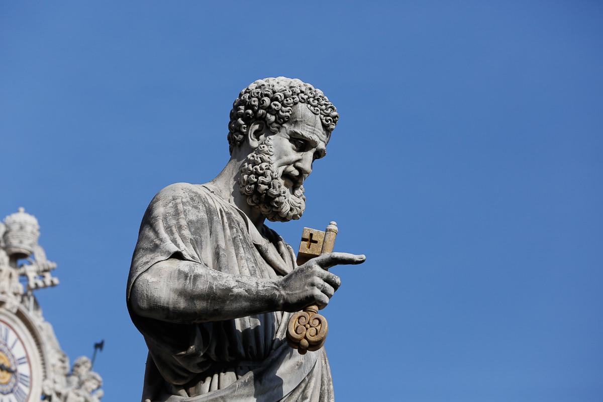 """""""No, le dijo Pedro, ¡tú jamás me lavarás los pies a mí!"""". Jesús le respondió: """"Si yo no te lavo, no podrás compartir mi suerte"""". """"Entonces, Señor, le dijo Simón Pedro, ¡no sólo los pies, sino también las manos y la cabeza!"""". San Pedro, Vaticano. Foto: Gustavo Kralj/gaudiumpressImages.com"""