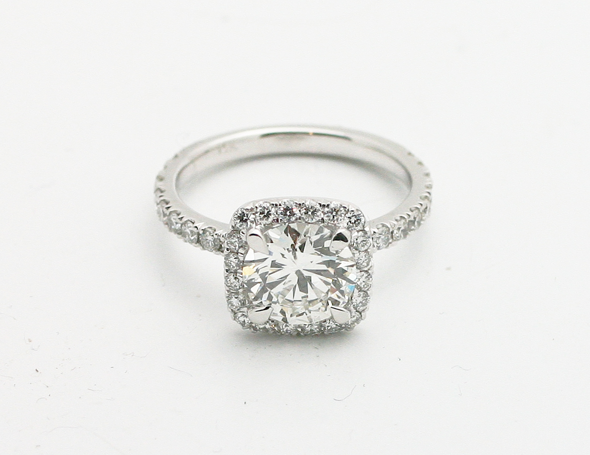 Round Solitaire with halo of diamonds