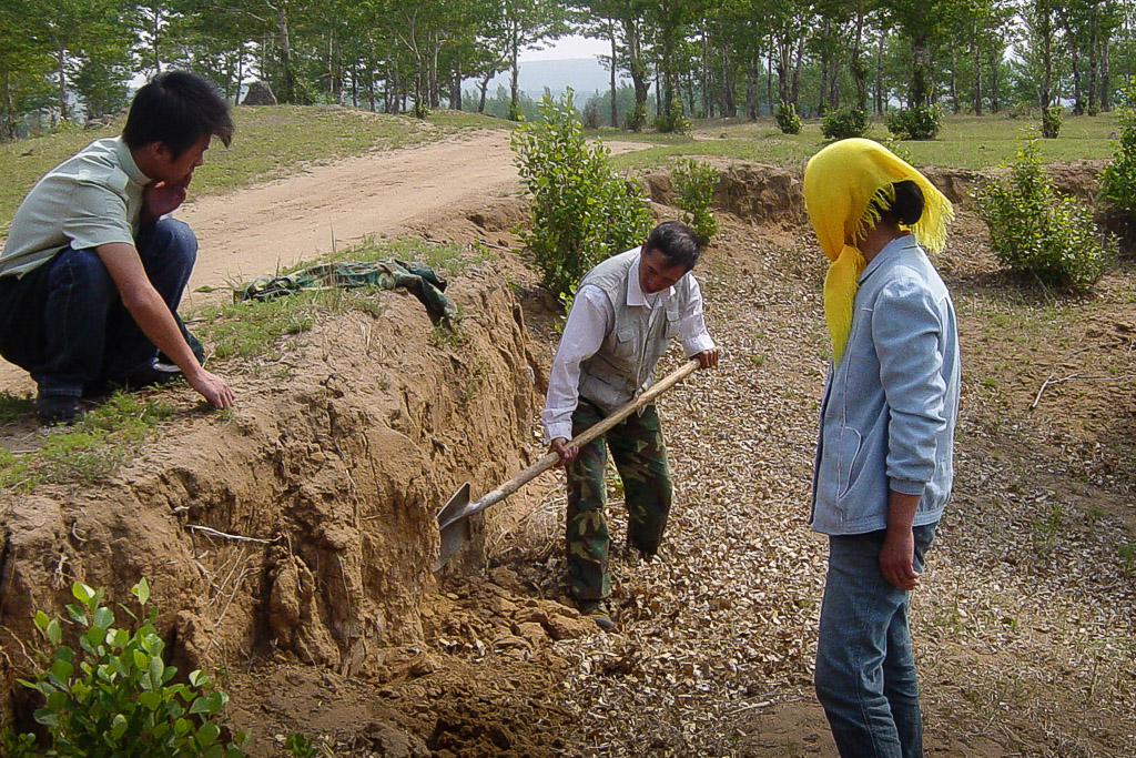 Niu Jinlin (center, flanked by his son Niu Rui and wife Deng Lin), is a skilled carpenter and handyman. He suggested the yellow loam as material for the hands. In summer 2007 we collected soil from the village pit to begin initial experiments.