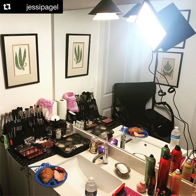 #Repost @jessipagel ・・・ How's this bathroom squeeze? Cannot get enough of my @themakeuplight & @brushfolio helping me save space & work efficiently! But first breakfast before talent arrives! 🙌❤️ . . . .  #inmykit #makeupartist #leander #onlocationmakeupartist #atx #austinmakeupartist #brushfolio #themakeuplight #itcosmetics #narsissist #w3llpeople #rcma #embryolisse #viseart #makeup #television #pawpalette #beauty #bitebeauty #lifestylework #lovemyjob #freelancemuah