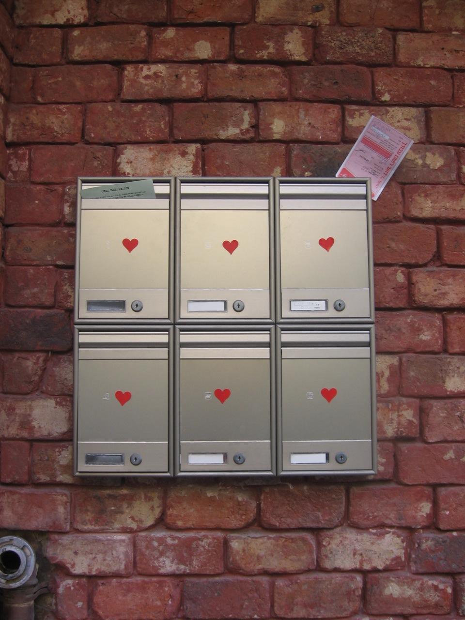 תיבות דואר עם לבבות בתל אביב, של  יוחאי מטוס  / hearts on mailboxes in Tel Aviv, by  Yochai Matos