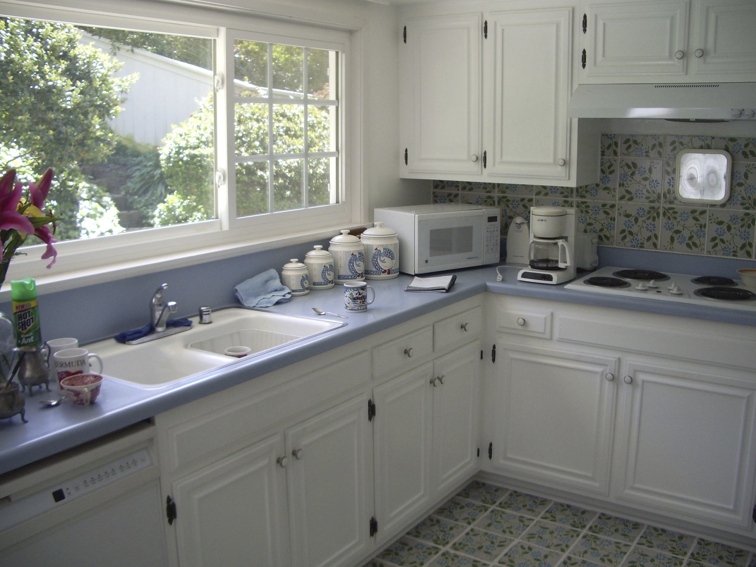 Before: Small kitchen with 7 foot ceiling height. All cabinets and finisheswere original 1960's.