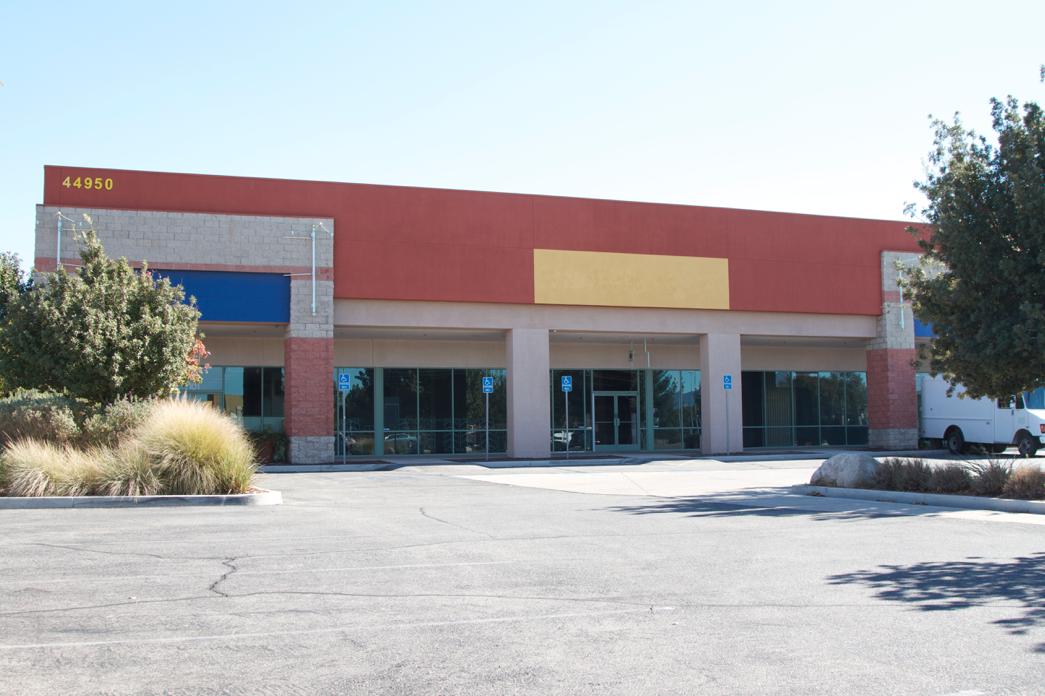 A shuttered strip mall. (Photo by Johnny Sanhpillippo)