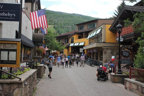 Another people-oriented street in Vail (Source: Andrew Price)