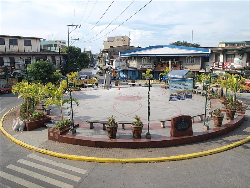This roundabout in the Philippines encourages cars to drive slowly in one lane of traffic, yet still moves traffic quickly. It also provides a public gathering space for the community. (Source: Manila Bloggers Network)