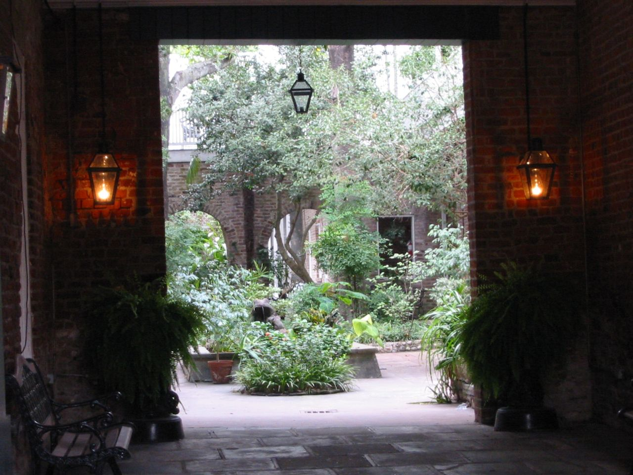 Secluded passages leading to lush courtyards are a common feature of the French Quarter. Image via Wikimedia Commons.