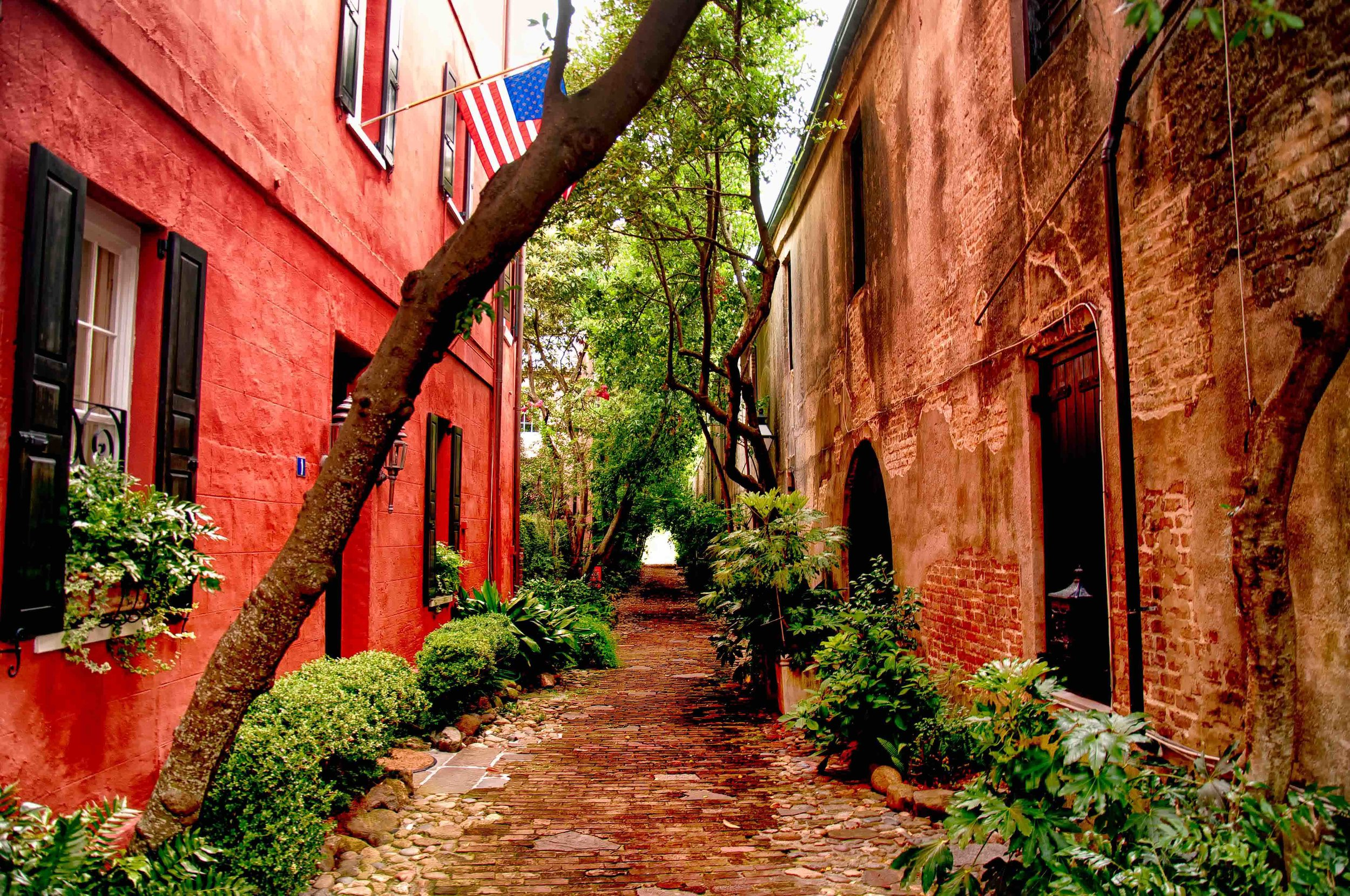 An alley in Charleston, SC. (Image via Wikimedia Commons)