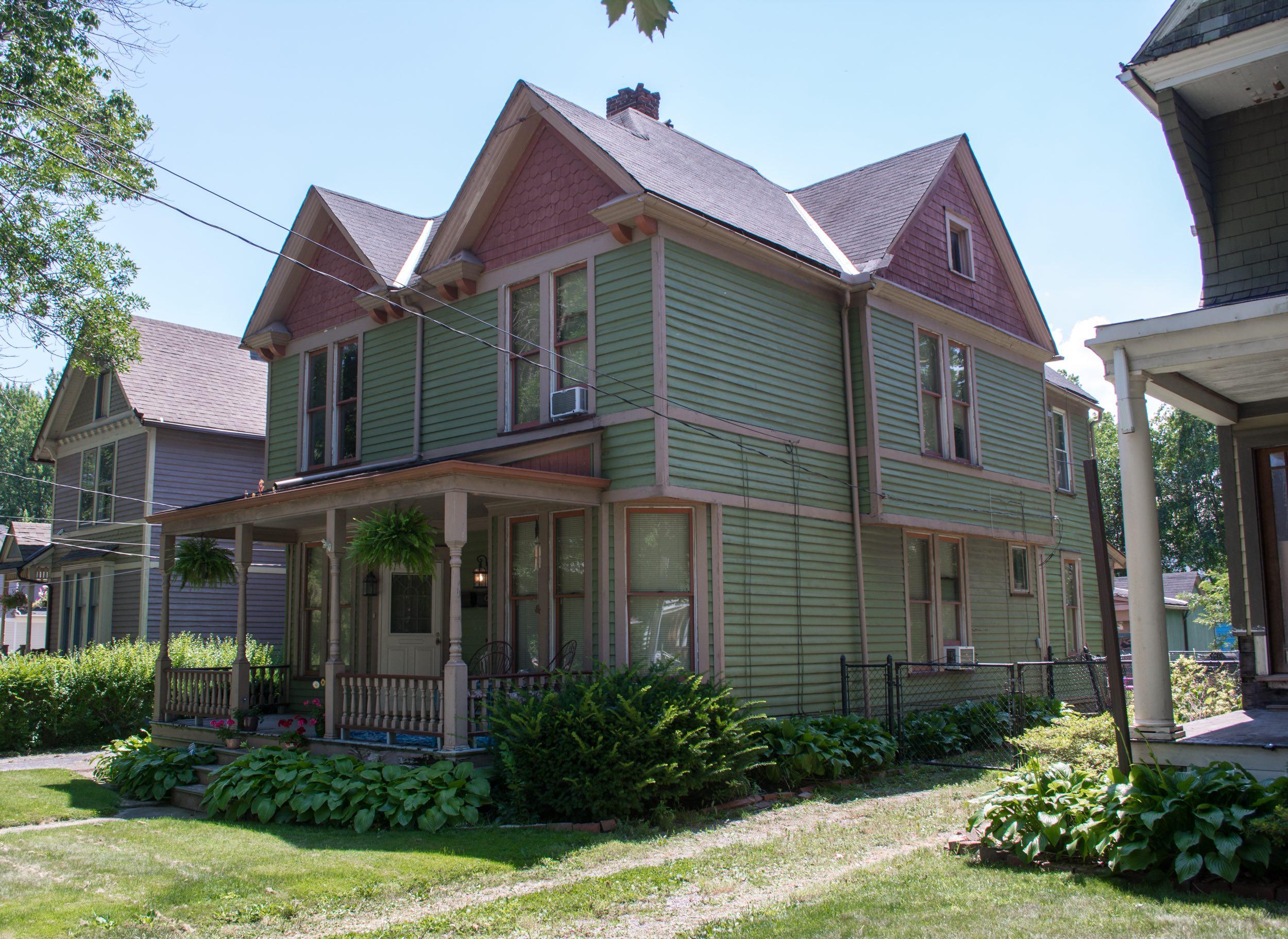 An unobtrusive duplex sits alongside single-family homes. Image via Wikimedia Commons.