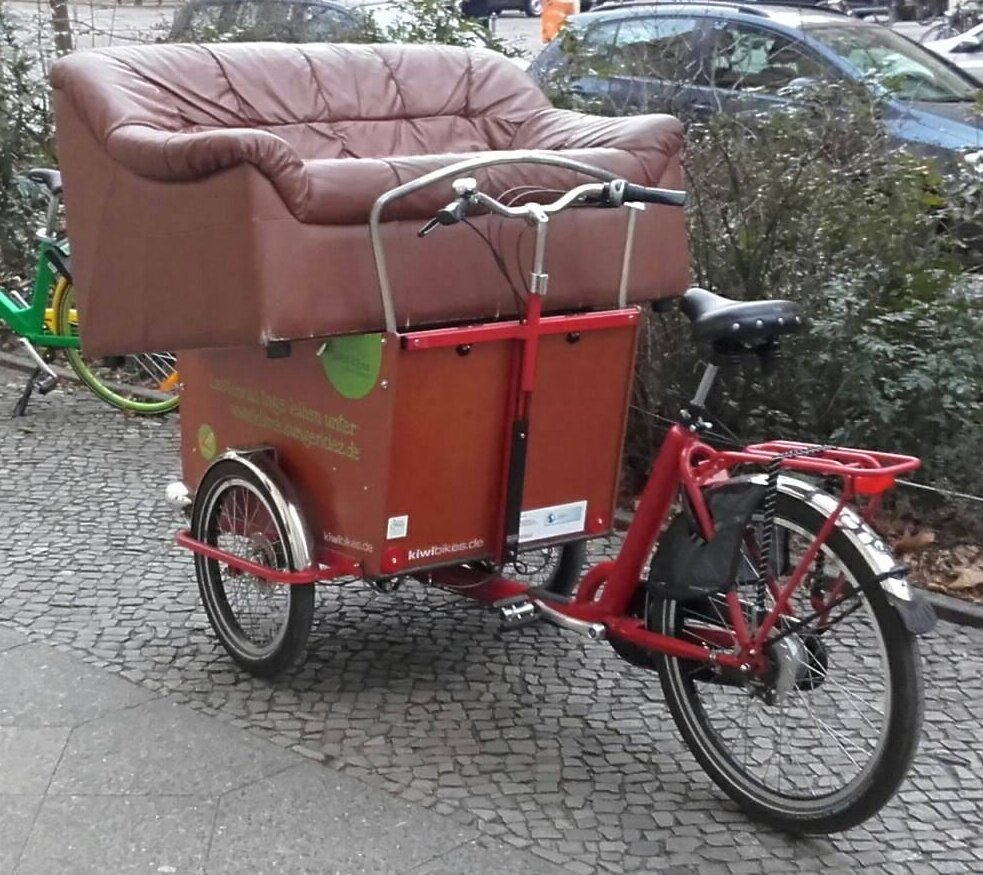 Inge-mit-Sofa.jpg