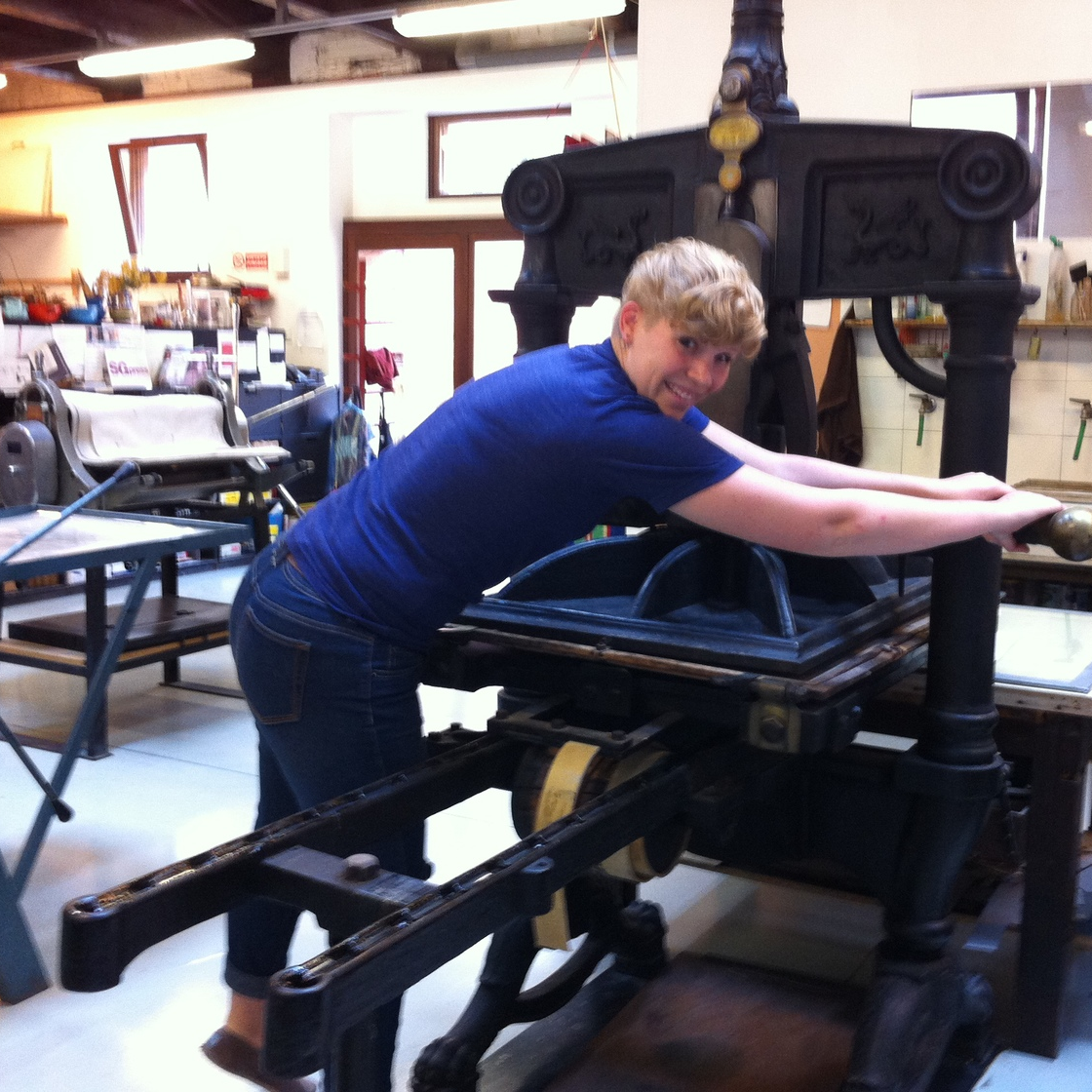 Diana Bowers (PiV '13) at work on the woodblock printing press at Scuola di Grafica (photo: Joseph Kopta).