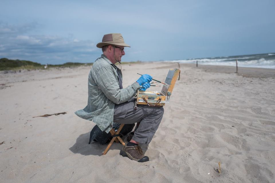 Chris Wright painting at Fort Tilden (photo: Francesca Magnani)