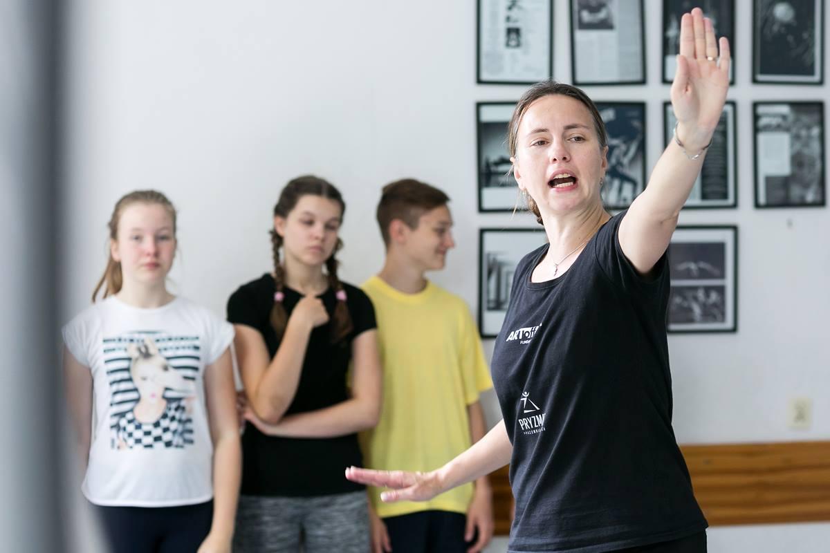 """Tatiana Asmolkova - Przygodę z tańcem rozpoczęła w wieku 5 lat. Pochodzi z Rosji. W wieku 10 lat los sprawił, że trafiła do prężnie działającego zespołu tańca, korzystającego ze wszystkich istniejących na ten czas technik i współpracującego z wybitnymi rosyjskimi choreografami. Pozostała w zespole 15 lat. Juz tam rozpoczęła praktykę instruktora, studiując równocześnie w College Kultury i Sztuki na wydziałach pedagogiki tańca i reżyserii (dyplom pedagoga tańca). Przez 5 lat kierowała założonym przez siebie Teatrem Mody i Tańca. Współpracowała jako tancerka również z grupą tańca estradowego """"Wenecja"""