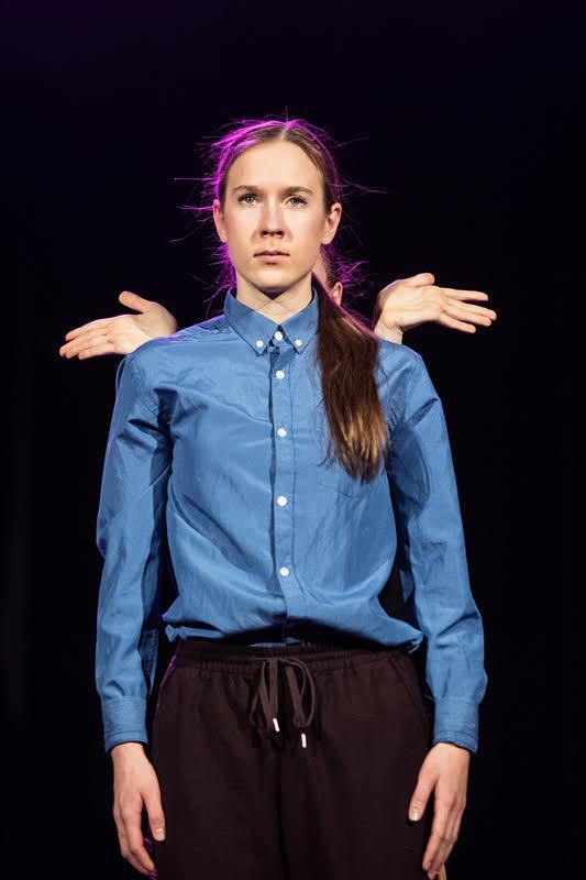 Marta Jakimicha - Z tańcem przygodę zaczęła w roku 2012 .W 2014 roku dołączyła do Pracowni Tańca Pryzmat, jako tancerz oraz instruktor grup młodzieżowych. Brała udział w różnych spektaklach i projektach. Uczęszczała na liczne warsztaty taneczne z tańca współczesnego m.in. Letnia Szkoła Artystyczna w Koszęcinie, jak również bruk festiwal związany z różnymi stylami ulicznymi. Od niedawna zajmuje się akrobatyką powietrzną aerial hoop, brała udział w festiwau Variete Fundacja Sztukmistrzów w Lublinie. W 2017 roku przebywała na festiwalu DELTEBRE DANZA w Hiszpanii, a w 2018 szkoliła swój warsztat podczas SUMMER INTENSIVE w Portugalii.Spektakl