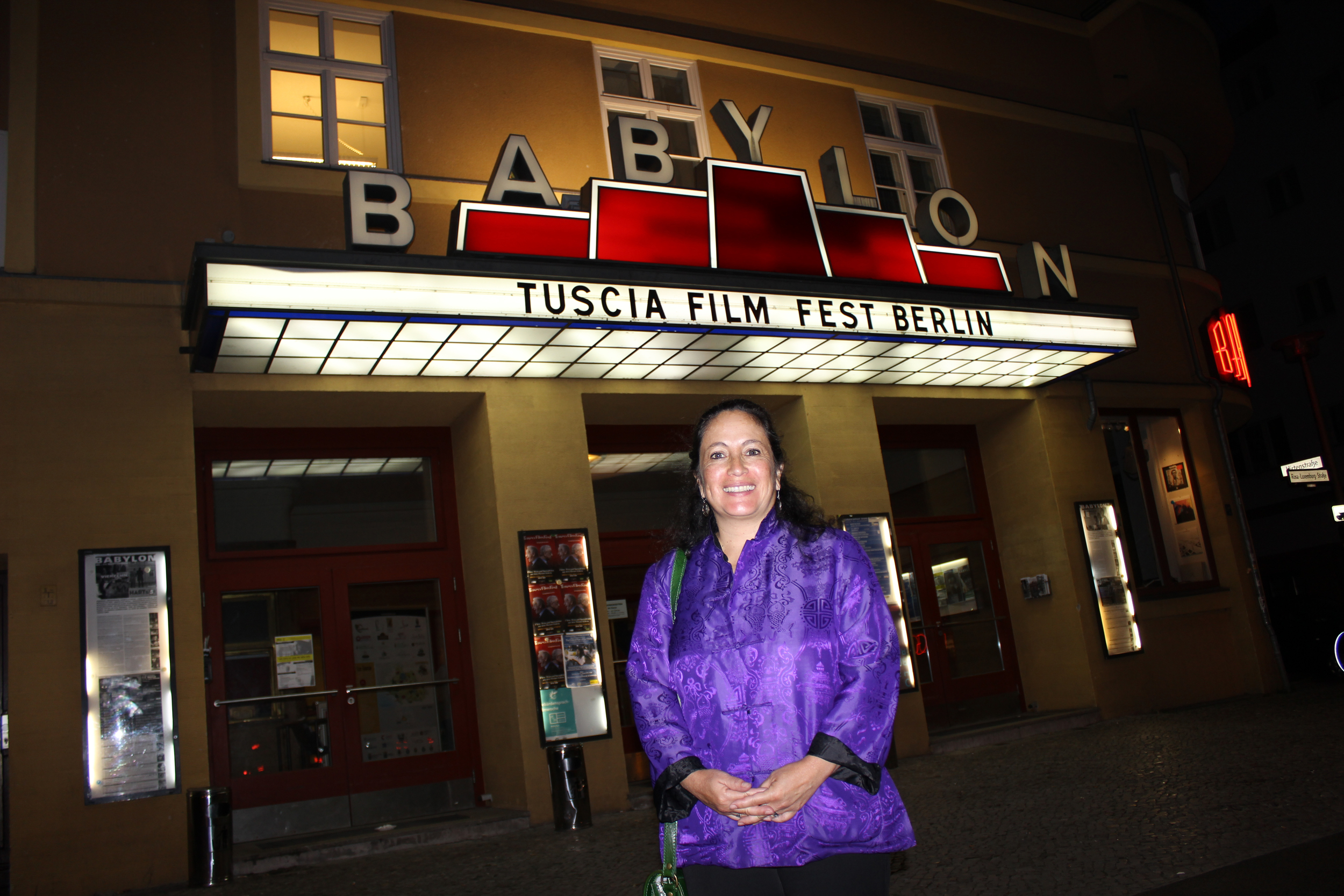En asociación con Amnistía BerlínEl Eco se estrenó en Berlin en el cine Babylon, un lugar conocido por el cine documental independiente y político.  The Echo premiered in association with Amnesty Berlin at the Babylon Cinema, a well-known venue for independent and political documentary film.