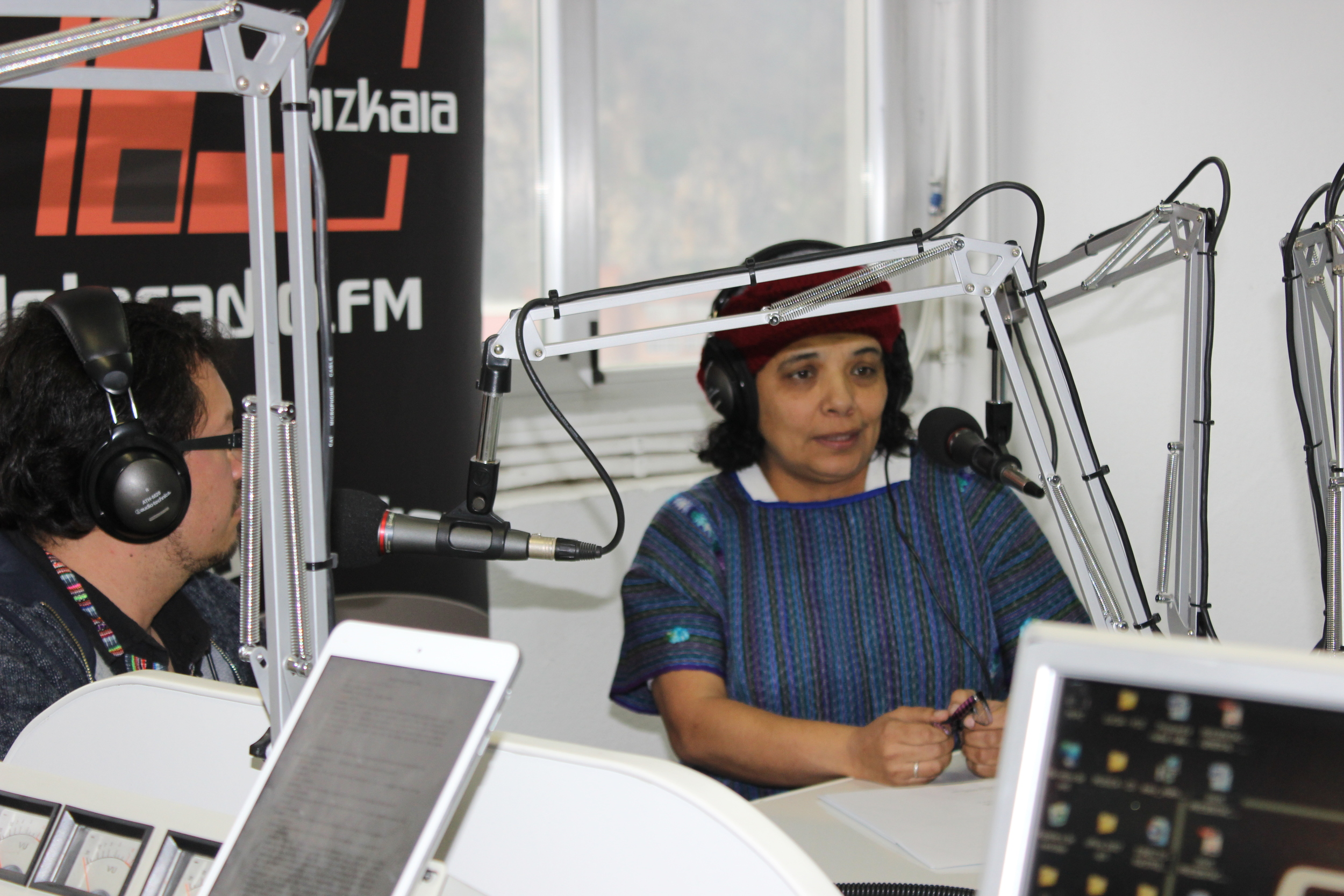 Lucía Pinto, poetisa guatemalteca leyendo sus poemas en Radio Candela. LuciaPinto, reading one of her poems in Radio Candela.