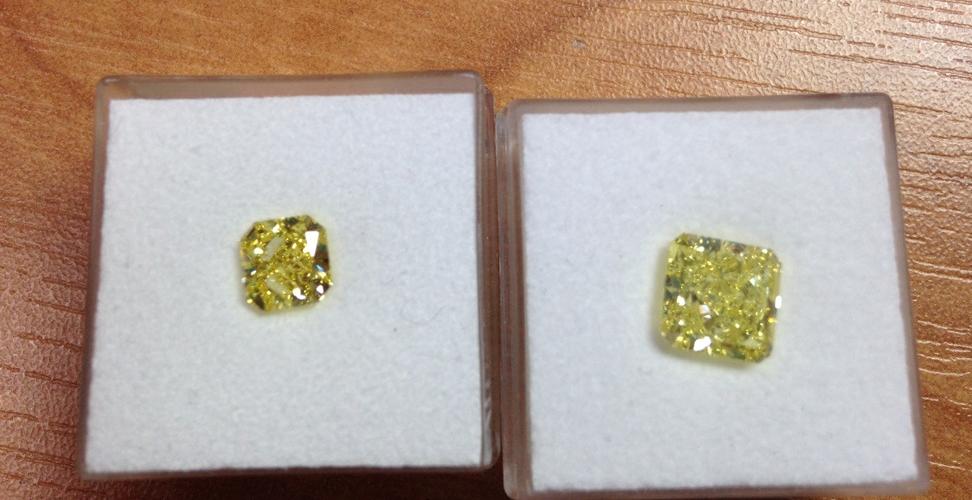 """Left: Vivid yellow diamond 1.16 carat. Right: 2.53 carat intense yellow diamond in radiant cut  See the colour difference between """"vivid"""" and """"Intense""""  左:ビビッドイエローダイヤモンド 1.16カラット  右:2.53カラットのインテンスイエローダイヤモンド。ラディアントカット  色の違いがよく分かります。"""