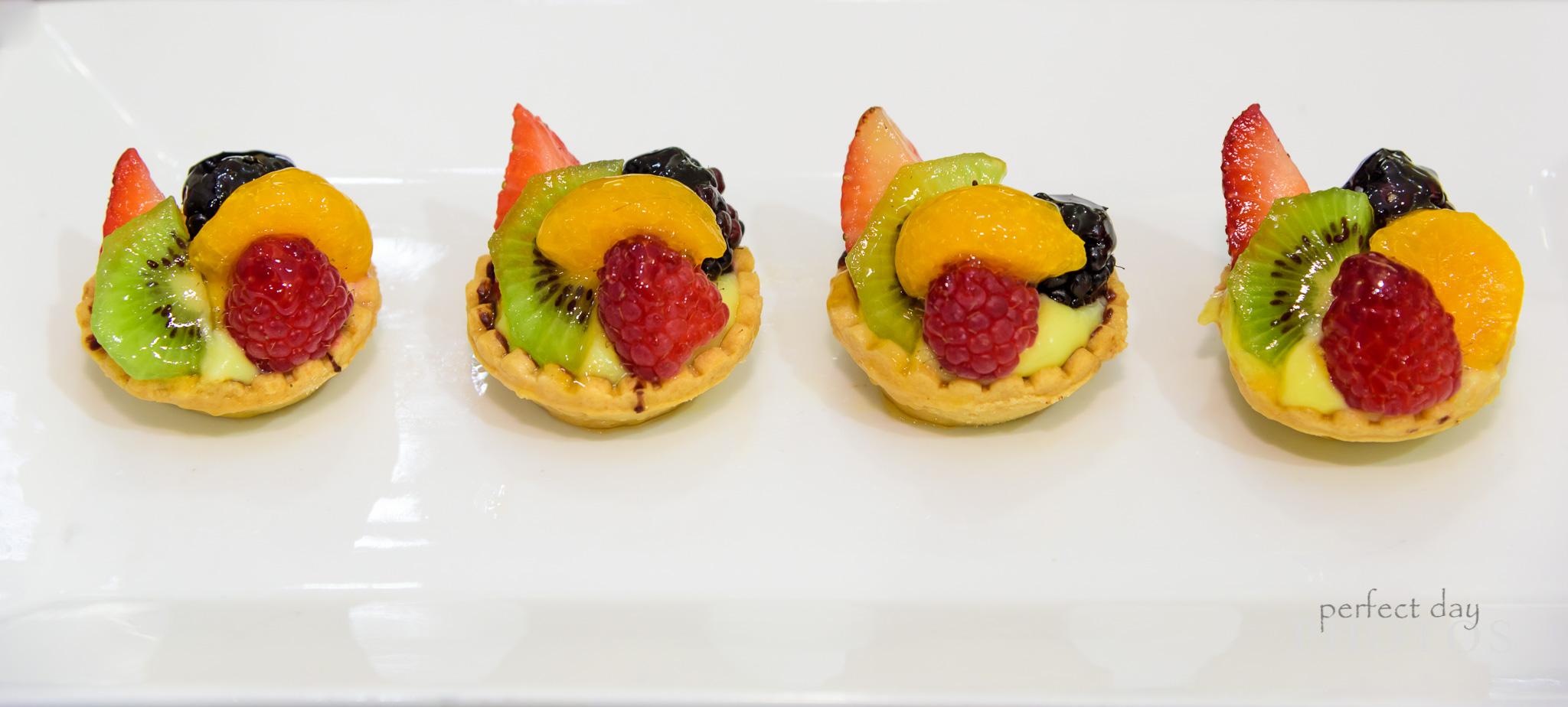 Simple succulent fruit mini pies