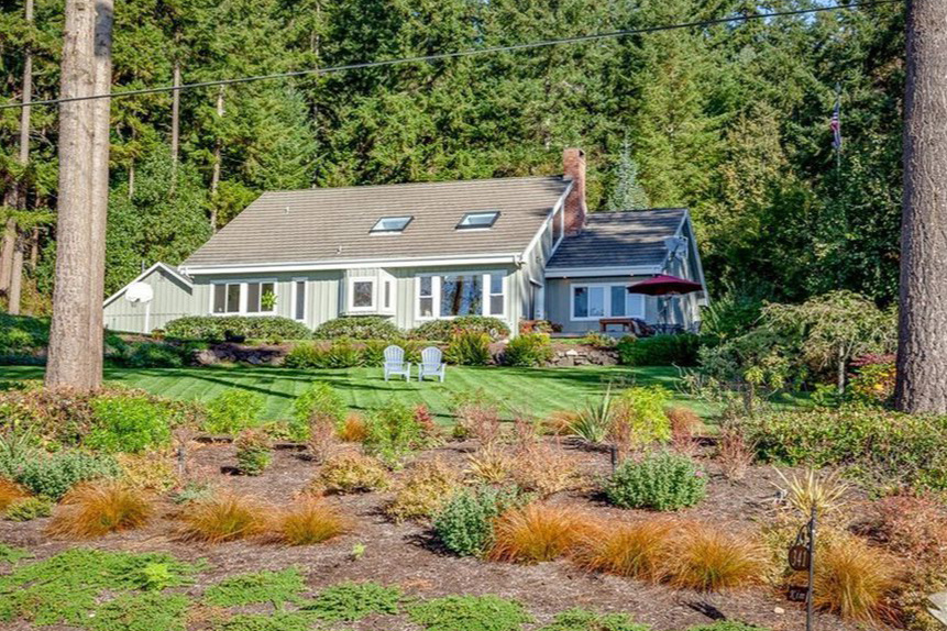 Hood Canal Waterfront   3 Beds, 2.75 Baths, 2,312sf | Sold at $691,000  Represented Seller
