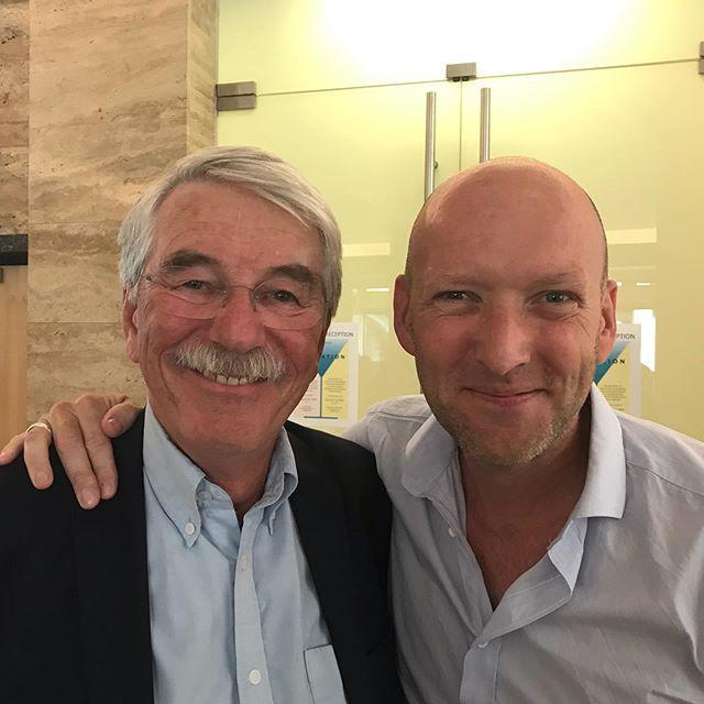 """""""Vores"""" faste retsmediciner, den fabelagtige professor i retsmedicin, Hans Petter Hougen fejrer udgivelsen af sin nye bog. Stort tillykke! ❤️ #udenforskinnersolen #hanspetterhougen #nybog #retsmedicin #øbroogtornbjerg"""