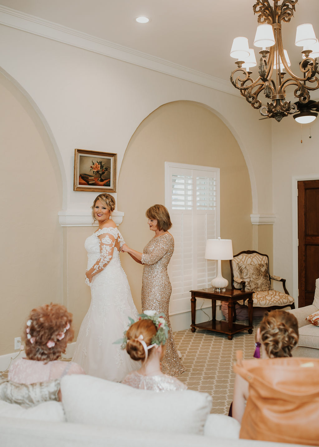 Bride getting ready with her mom | Houston Weddings