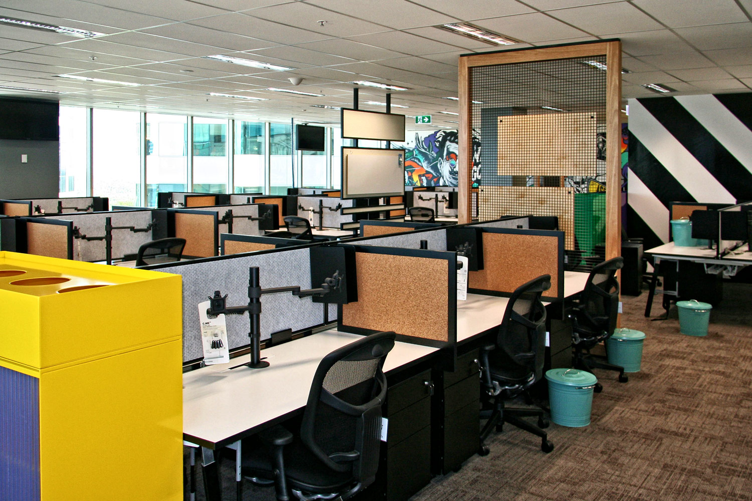 Tranzyt workstations with dividing screens and KI monitor arms