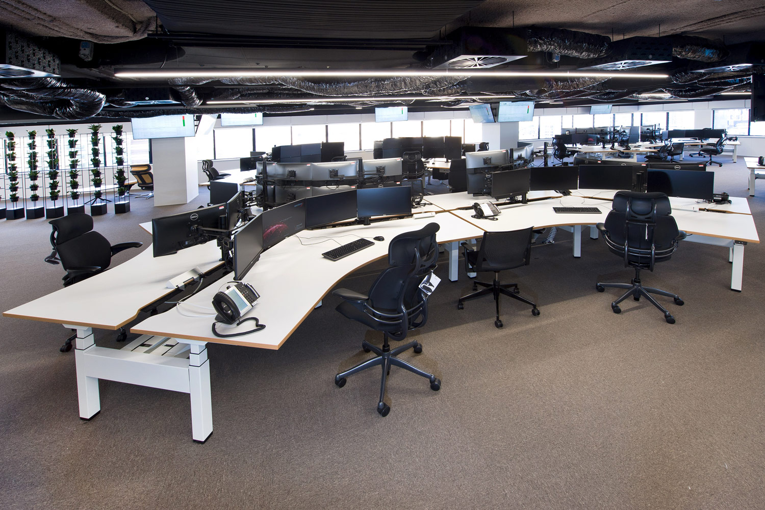Actif three-stage, electric height-adjustable 120 degree workstations in a cluster