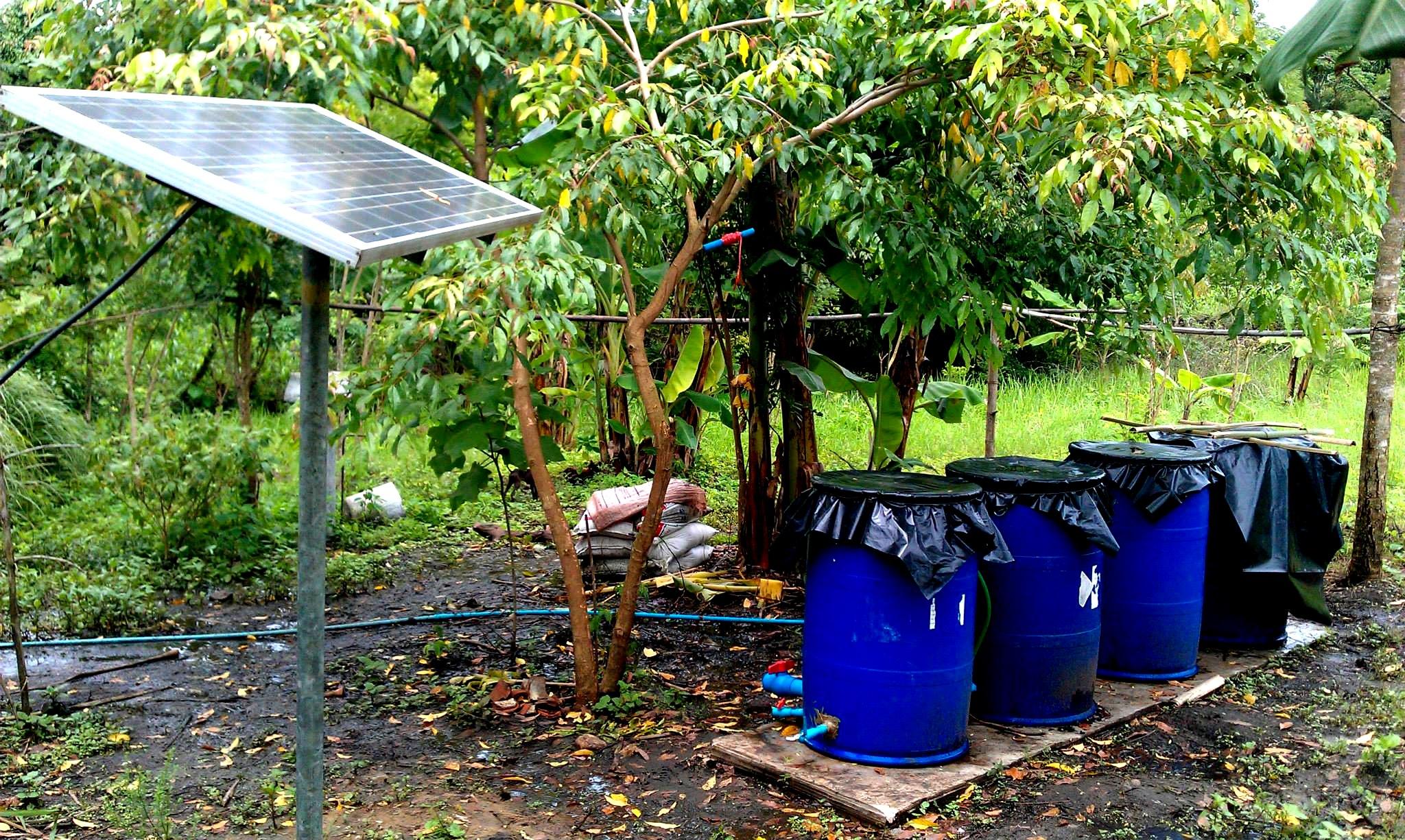 今夏完成架設的太陽能板,以及簡易砂石木炭過濾系統,提供農場電力及生活水所需。