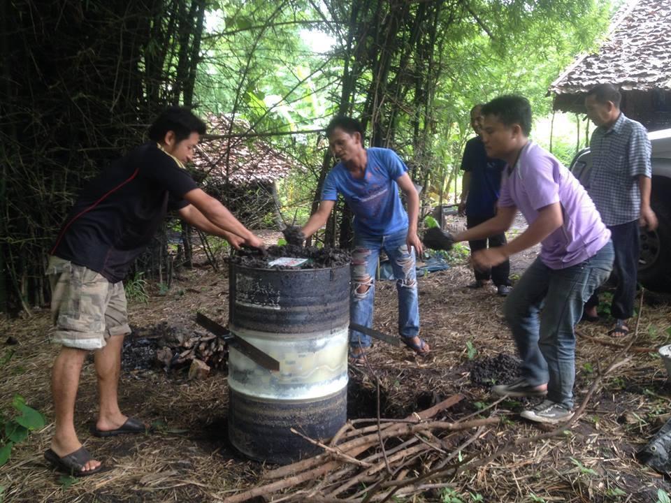 在地夥伴們準備以柴火燒製濾水用的木炭。