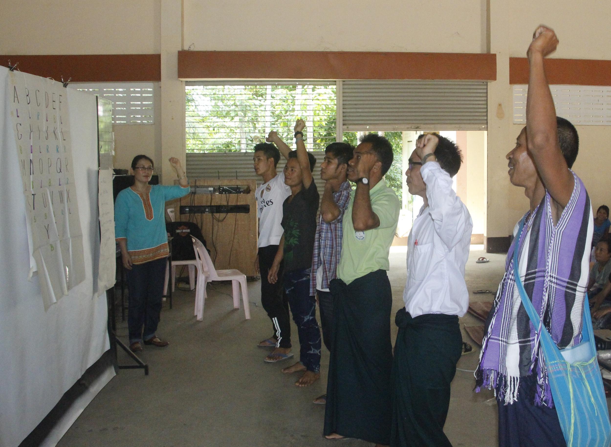 由當地教育工作者 Muetae 老師擔任培訓講師,在工作坊中引導來自各地的緬甸老師學習。