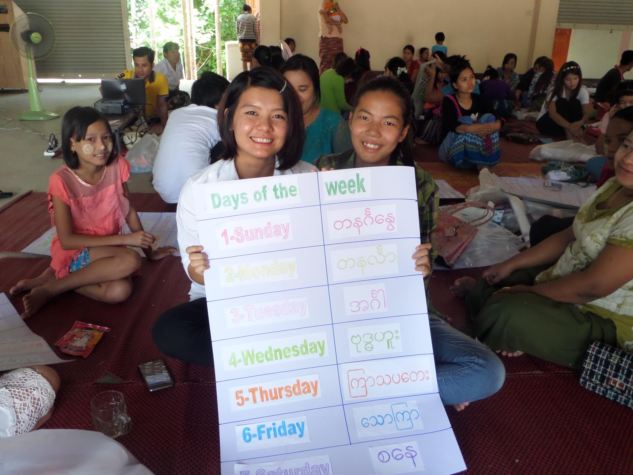 緬甸老師們在幼教師資培訓工作坊中製作的緬英雙語教學大字報
