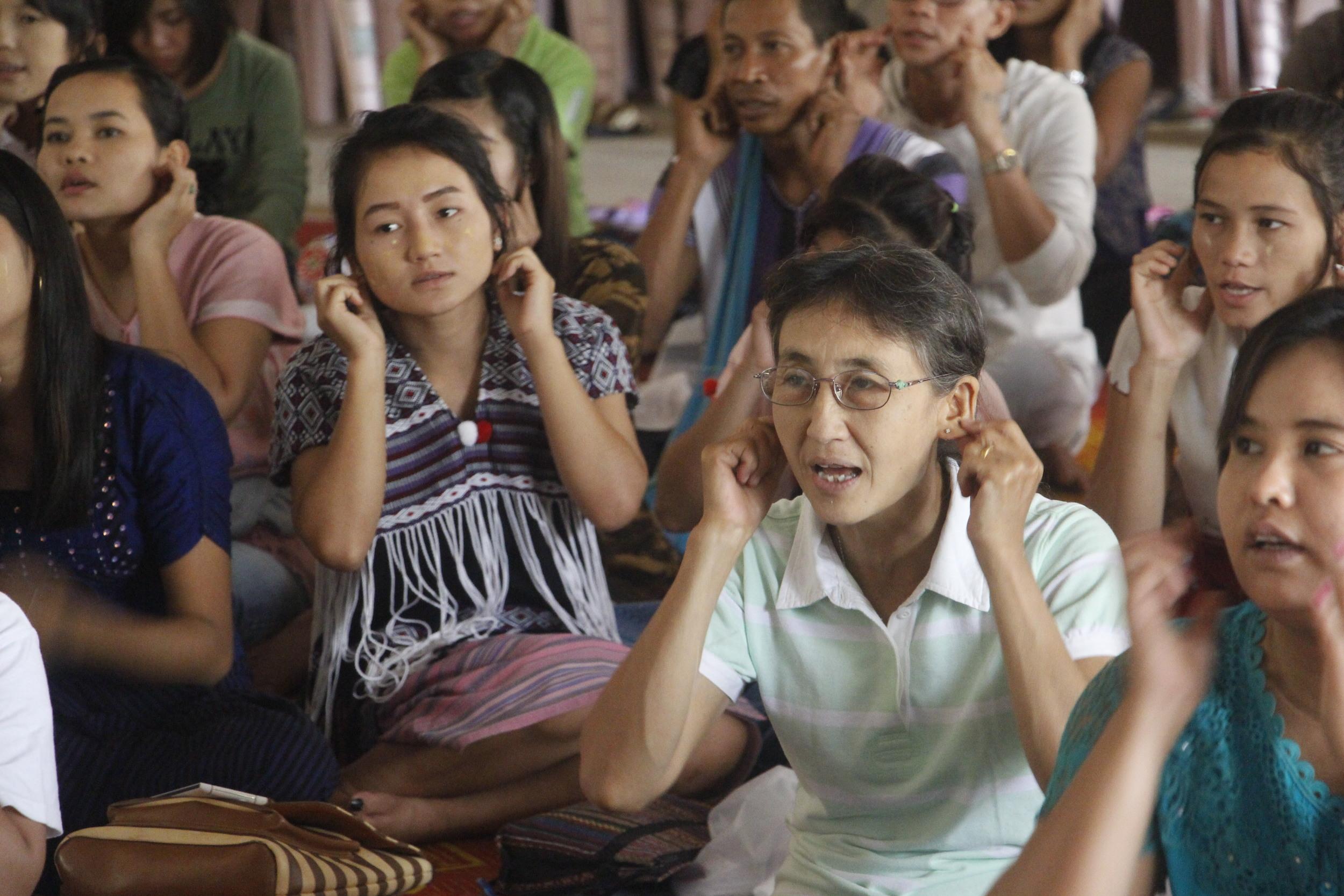 培訓工作坊中,緬甸老師們專注地參與課程。